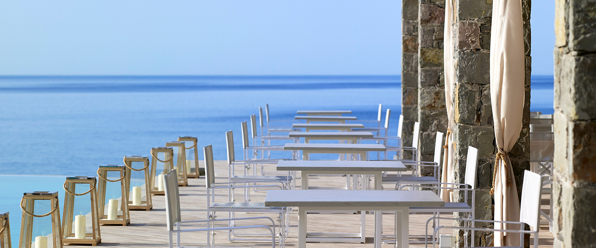 Pool_Bar_swimming_pool_experience_summer_summertime_wood_luxury_endless_blue_view_horizon_Artemis_Deluxe_Rooms_Milos_island_Cyclades